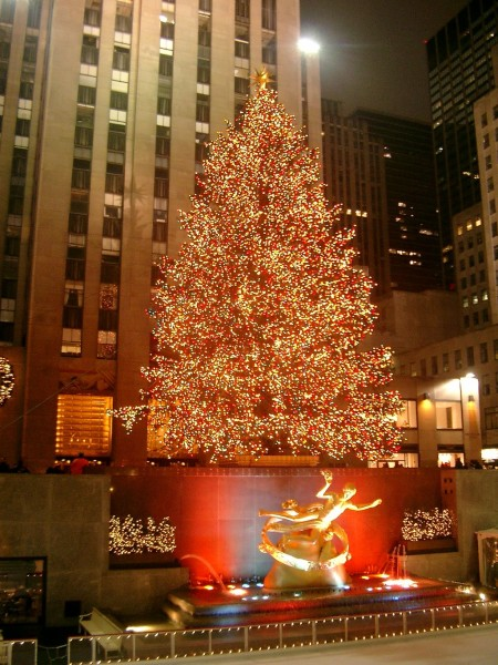 1024px-Rockefeller_Center_christmas_tree
